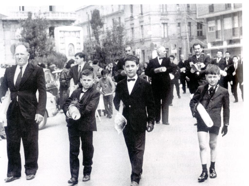 Ragazzi in processione, nei pressi di piazza Madonnella