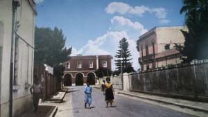 Alezio (LE), Via della Stazione ovvero via Garibaldi negli anni 60. In un locale contiguo all'edificio della stazione, c'era una colonia di piccioni allo stato libero fonte di pregiate proteine.